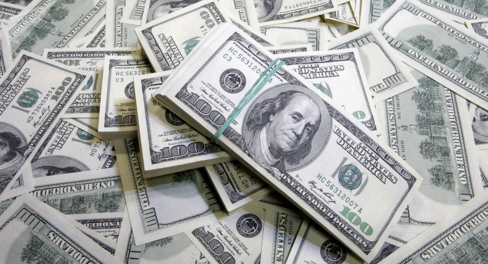 تباين أسعار الدولار  أمام الجنيه في البنوك المصرية