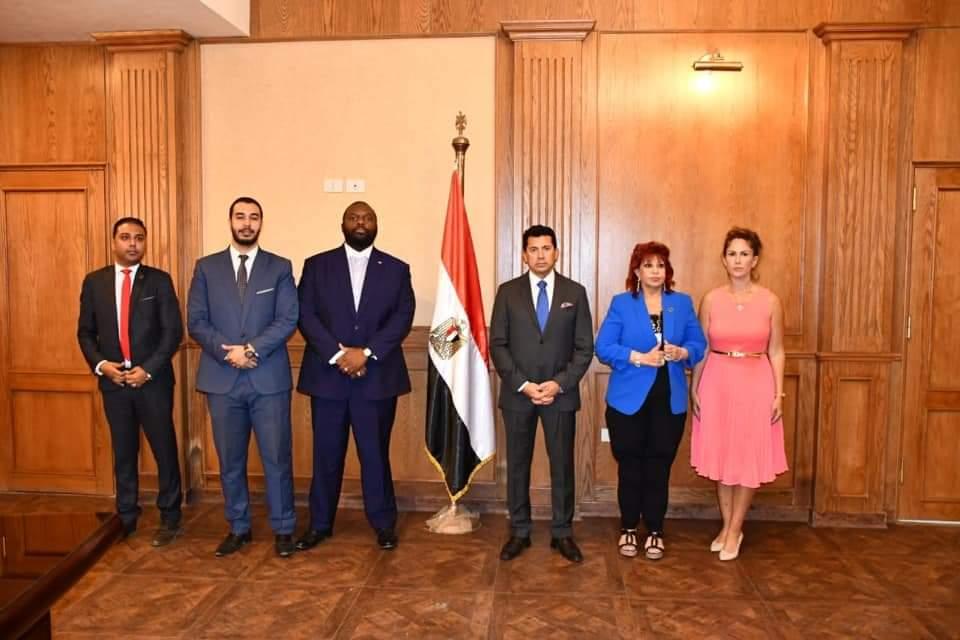 وزير الشباب يلتقي مجموعة من المستثمرين الأجانب لبحث فرص الاستثمار في المنشآت الرياضية