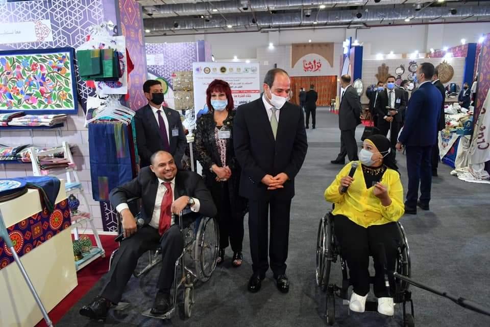 """خلال افتتاح معرض""""تراثنا""""الرئيس السيسي يزور جناح اتحادالمستثمرات العرب وسيدات الأعمال"""